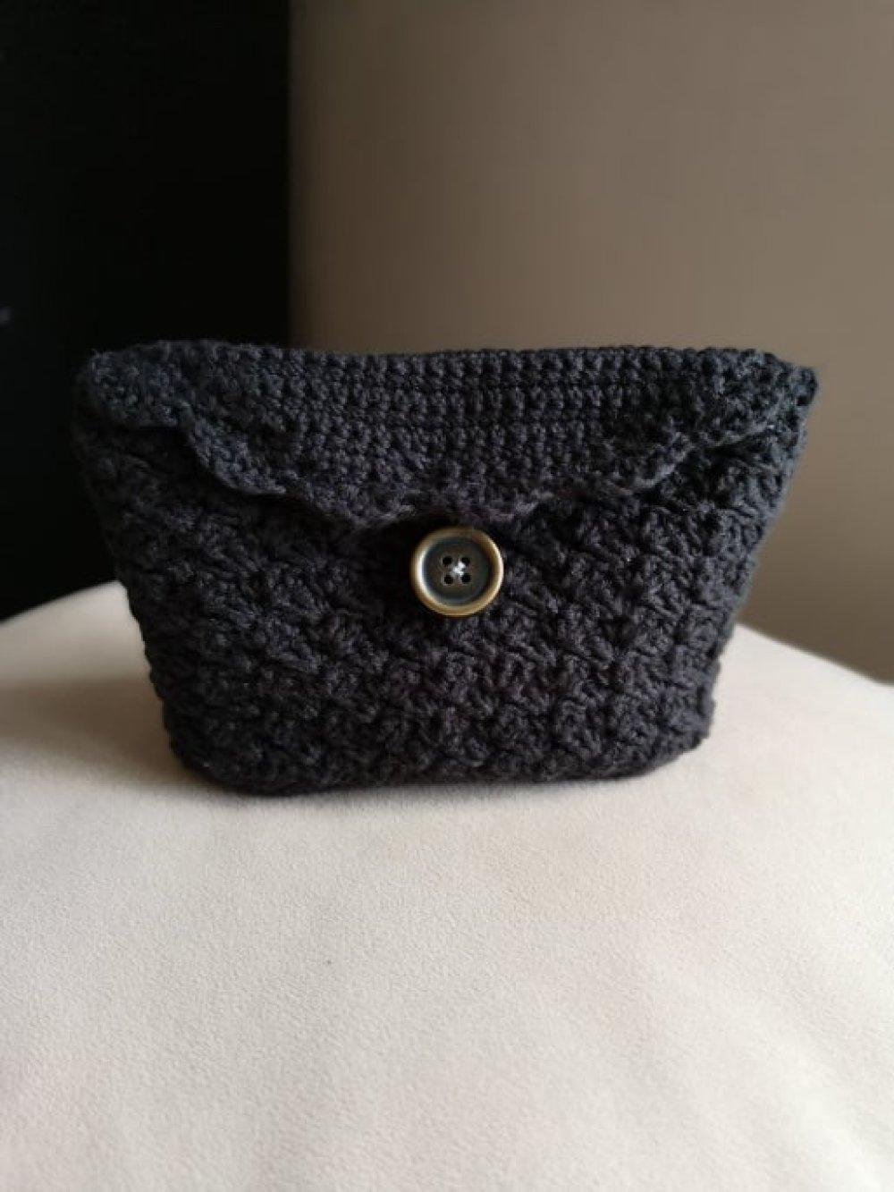 Vendue! pochette noire réalisée au crochet