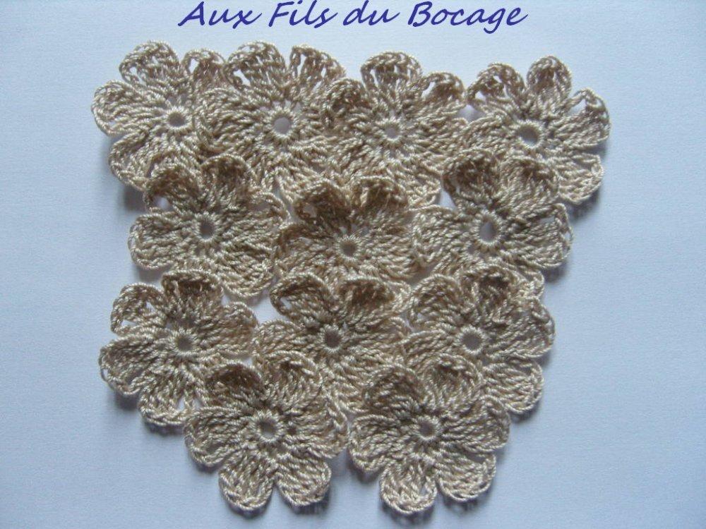 Fleurs au crochet  en coton beige, 3 cm, appliques *228*