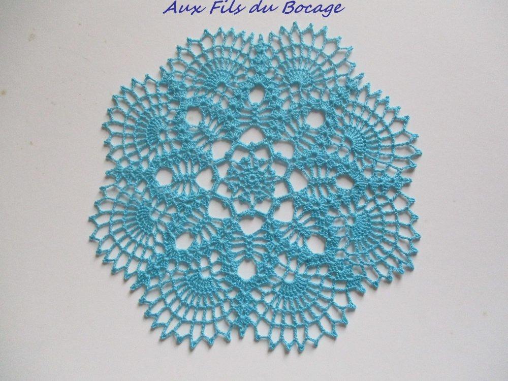 Napperon au crochet coton turquoise 26 cm.