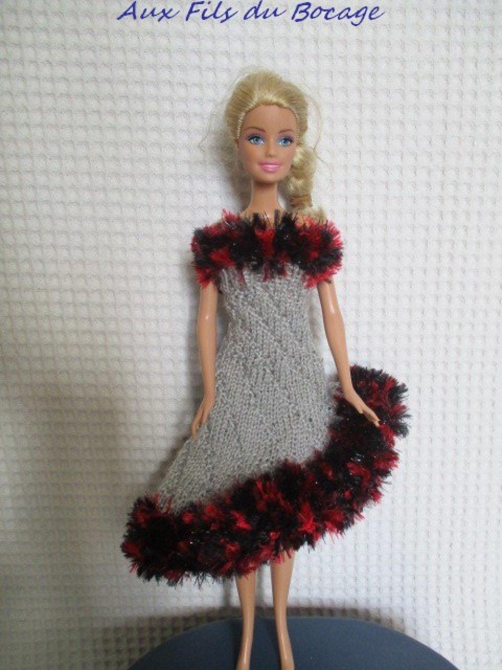 Vêtement poupée Barbie, robe grise et frou-frou.