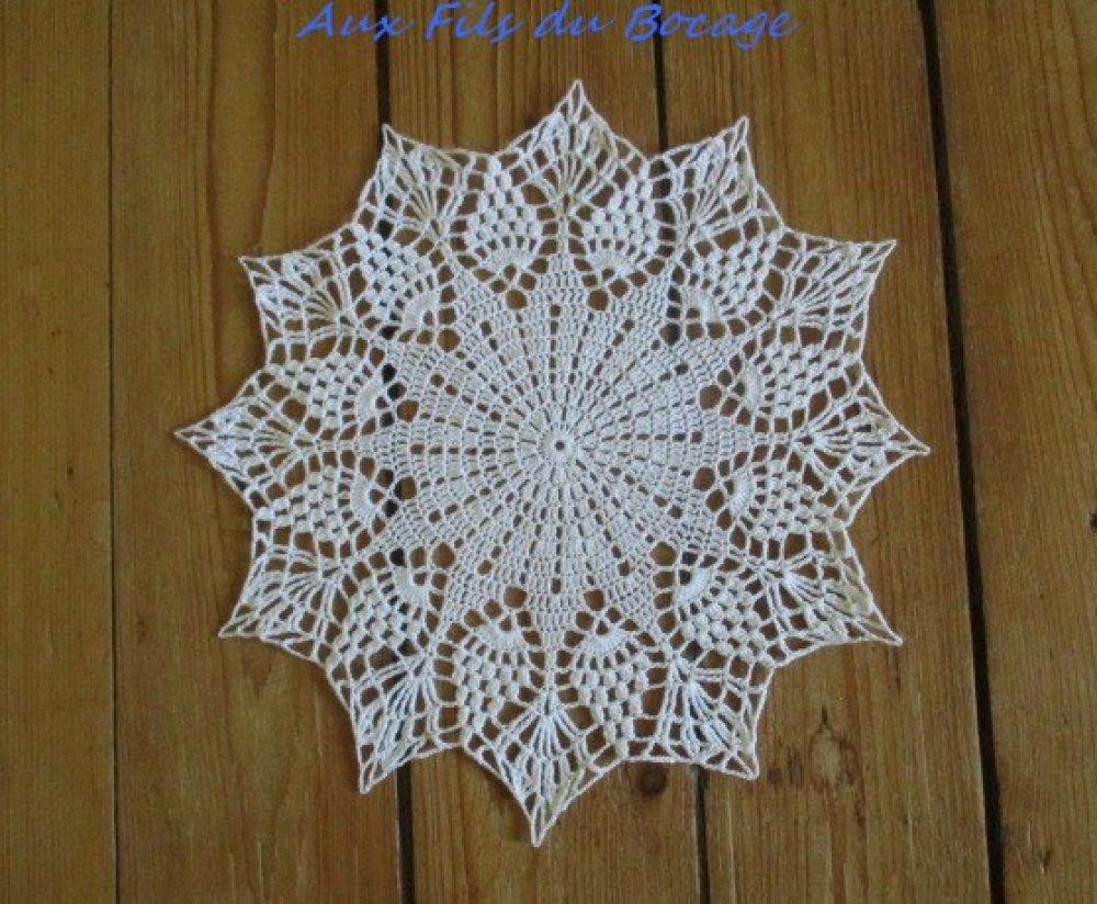 Napperon au crochet blanc 24 cm.