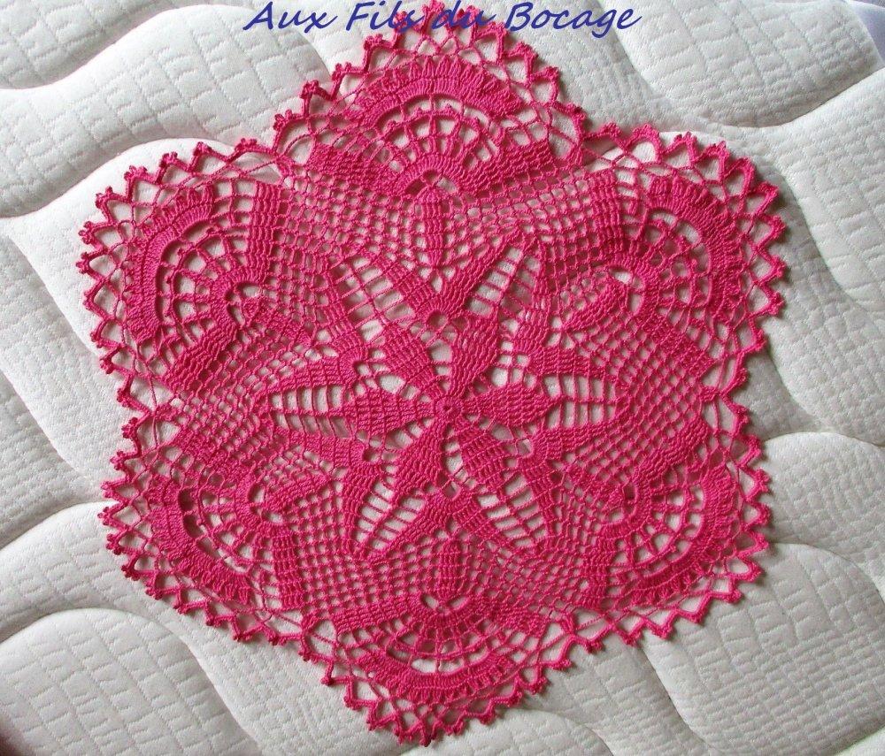 Napperon au crochet en coton rose, 45 cm.