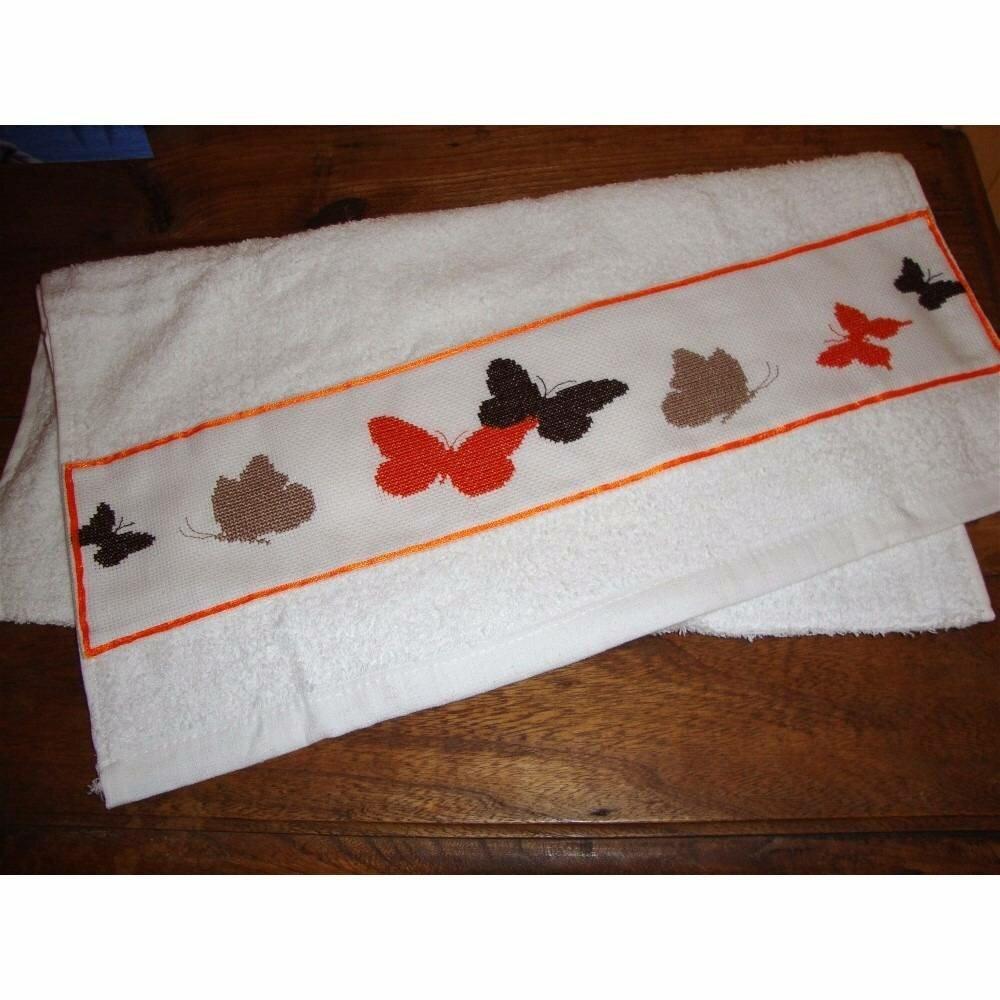 Serviette brodée à la main papillons automnales