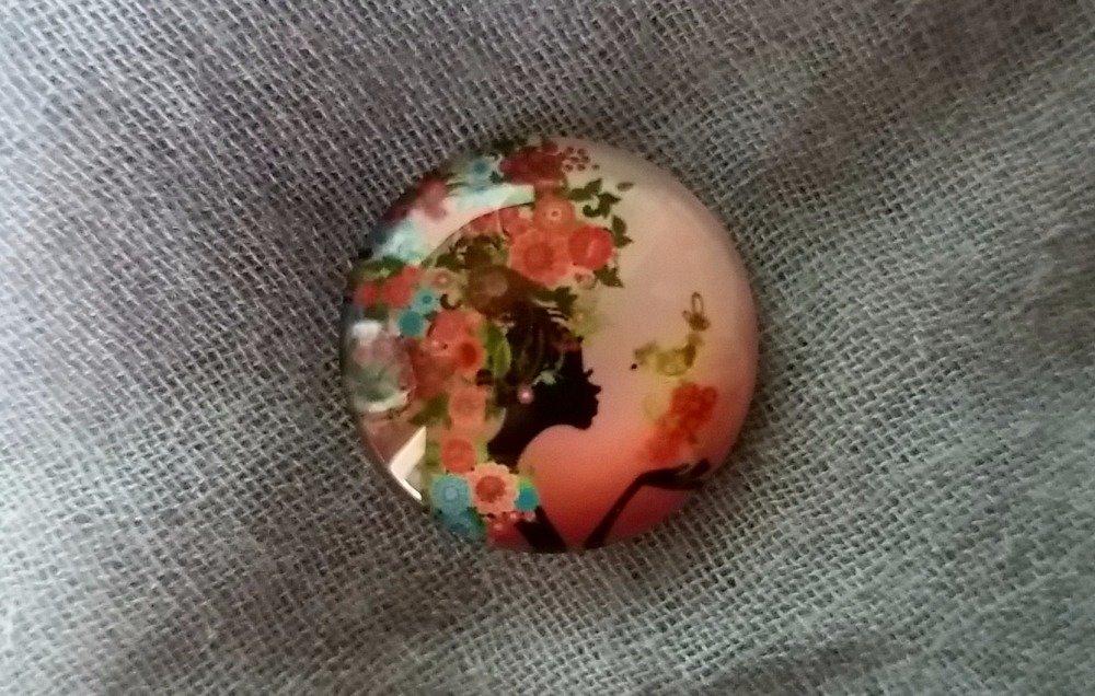 Cabochon Rond motif Femme aux Fleurs 20 mm en Verre, dans les tons de Rose Corail et Multicolore (Ref 1)