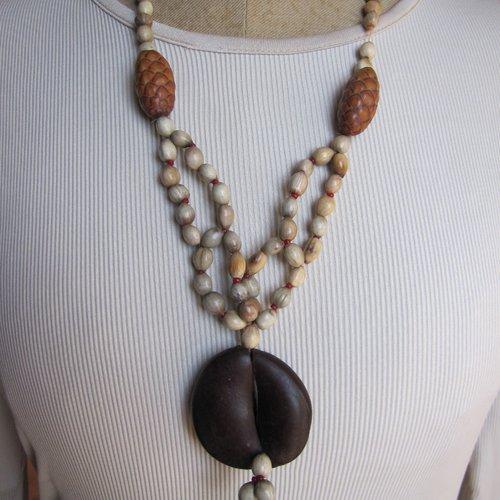 Collier perles et pendentif végétal