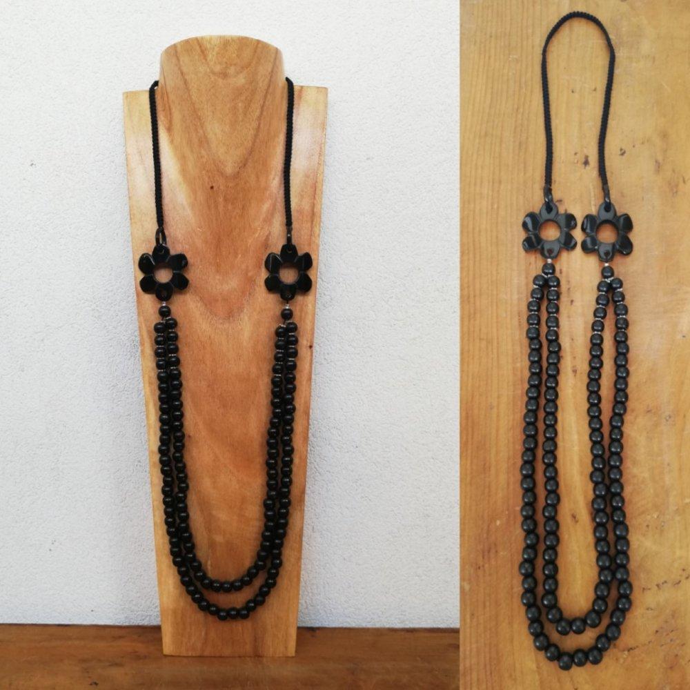 Collier long de style hippie chic - Perles fleurs en corne noire et perles en bois rondes - Double rang - Bahia Del Sol.