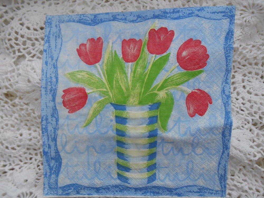 serviette en papier tulipes rouges en pot sur fond bleu