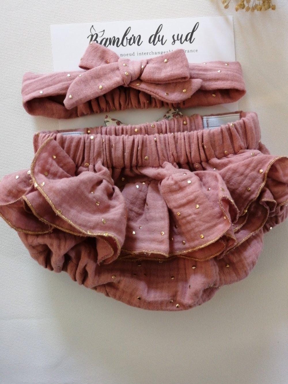 Bloomer à noeud interchangeable avec volants au dos. En double gaze de coton. Couleur rose thé pois dorés