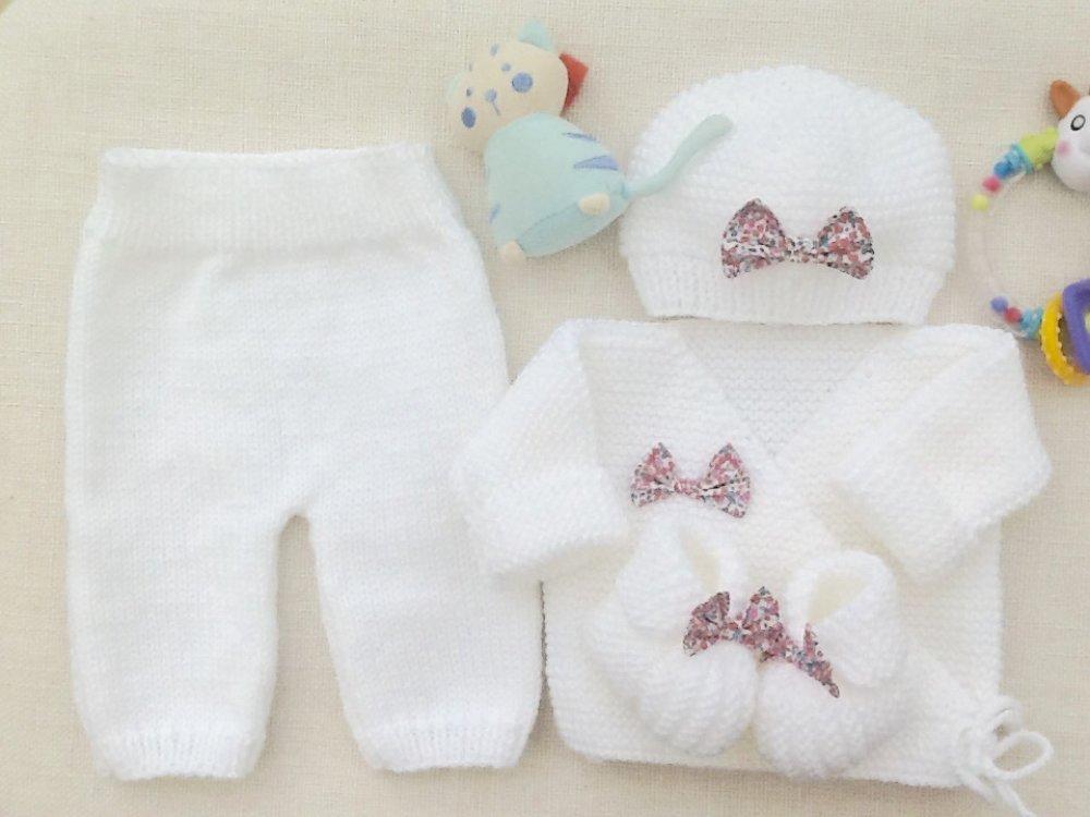 Ensemble bébé brassière bonnet chaussons et pantalon, blanc, noeuds liberty, rose, tricot, laine, layette, coffret cadeau naissance