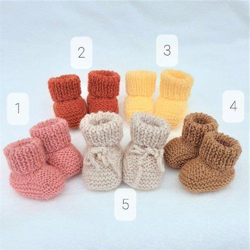 Chaussons n°4 bébé mixtes en tricot à finitions bords-côtes taille prématuré au 6 mois modèle 4 couleur caramel