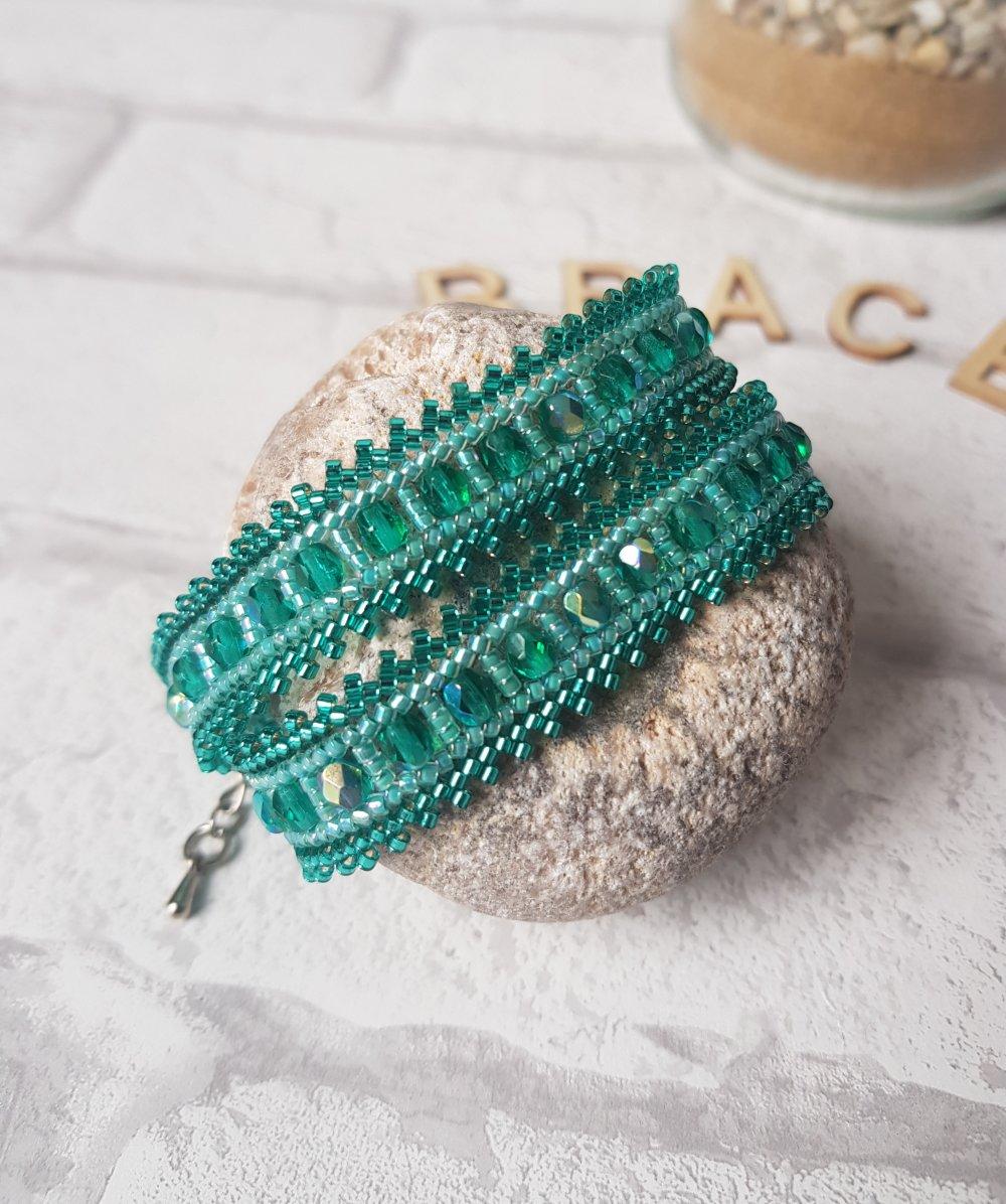 bracelet wrap, rocailles, facettes de bohème émeraude