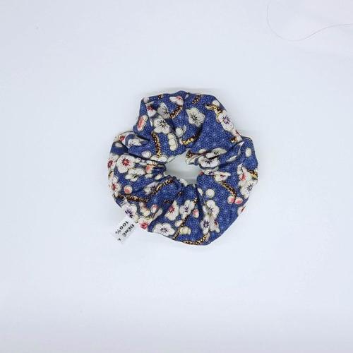 Chouchou chic en coton japonais bleu marine avec des petites fleurs