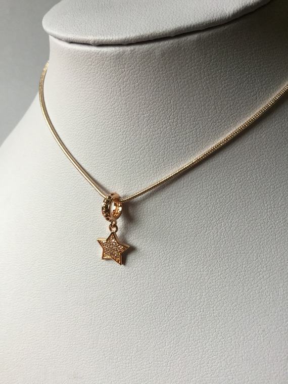 Collier fin plaqué or rose, étoile strass blancs, chaine couleur or rose