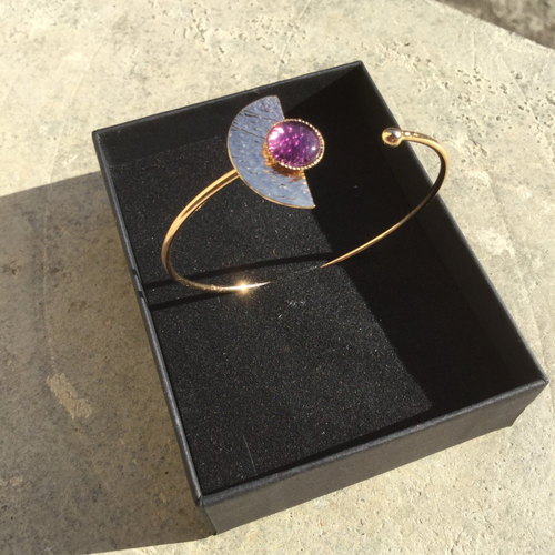 Bracelet jonc plaqué or, cabochon en améthyste