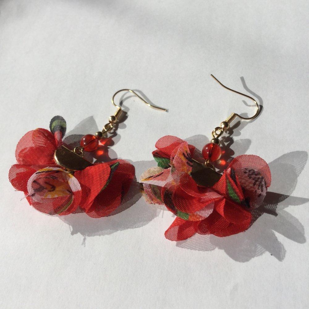 Boucles d'oreille rouges, pompons rouges, perles.