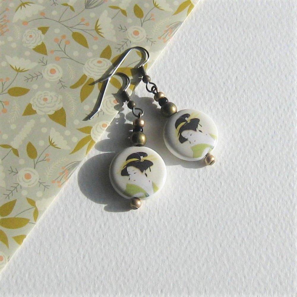 """boucles d'oreilles vert crème """" midori """" japon geisha porcelaine métal bronze verre tchèque attaches acier inox"""