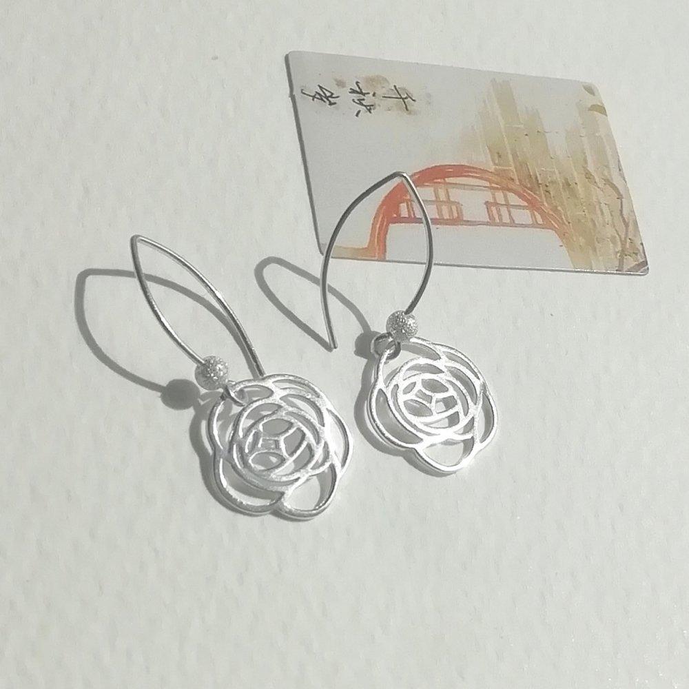 """* réservé * boucles d'oreilles """"mes petites roses d'argent"""" roses ajourées perles attaches en argent 925"""
