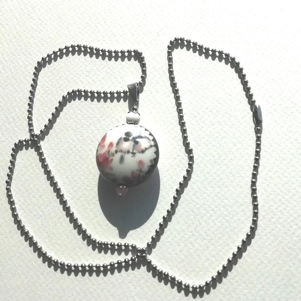 """*réservé* pendentif """"jardin tendresse"""" oiseaux magnolia sur porcelaine gemmes magnésite  quartz cherry chaîne acier inox"""