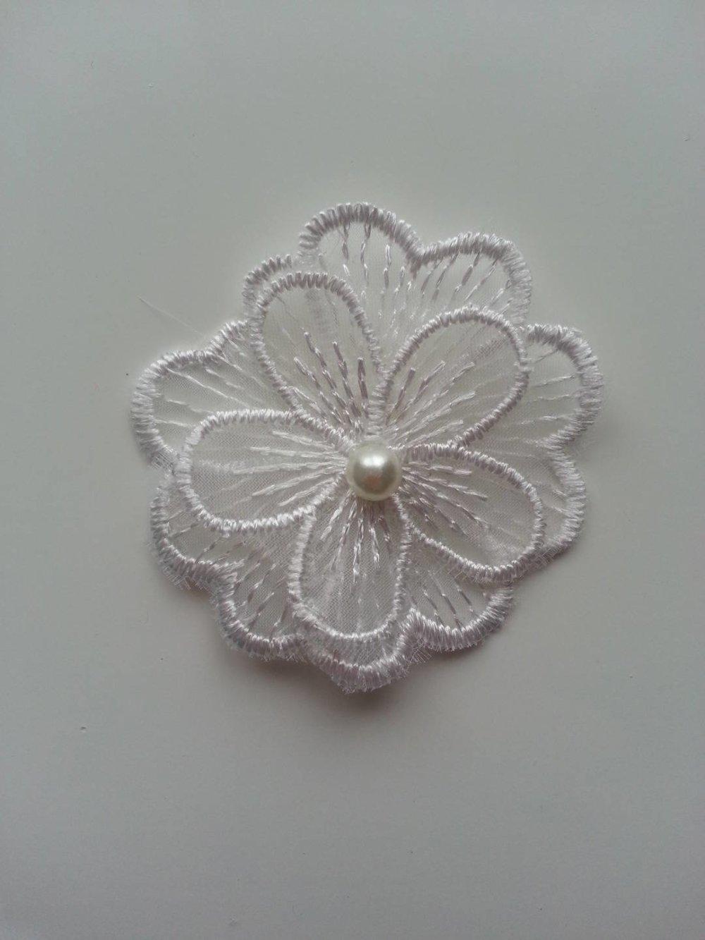 fleur en dentelle  double avec perle blanc ivoire 50 mm
