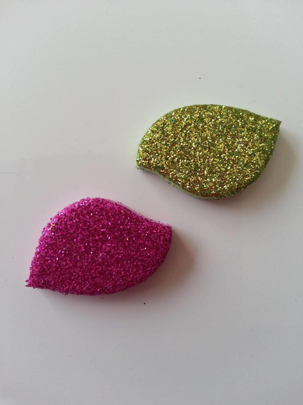 lot de 2 formes  en mousse autocollante rose fuchsia et vert   pailleté  30*20mm