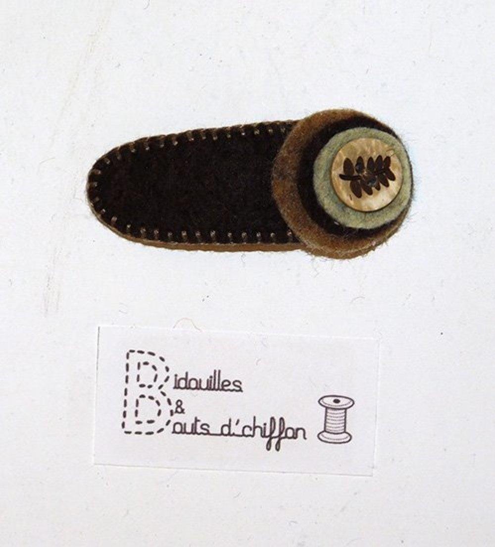Barrette clic-clac en feutrine marron cousue à la main