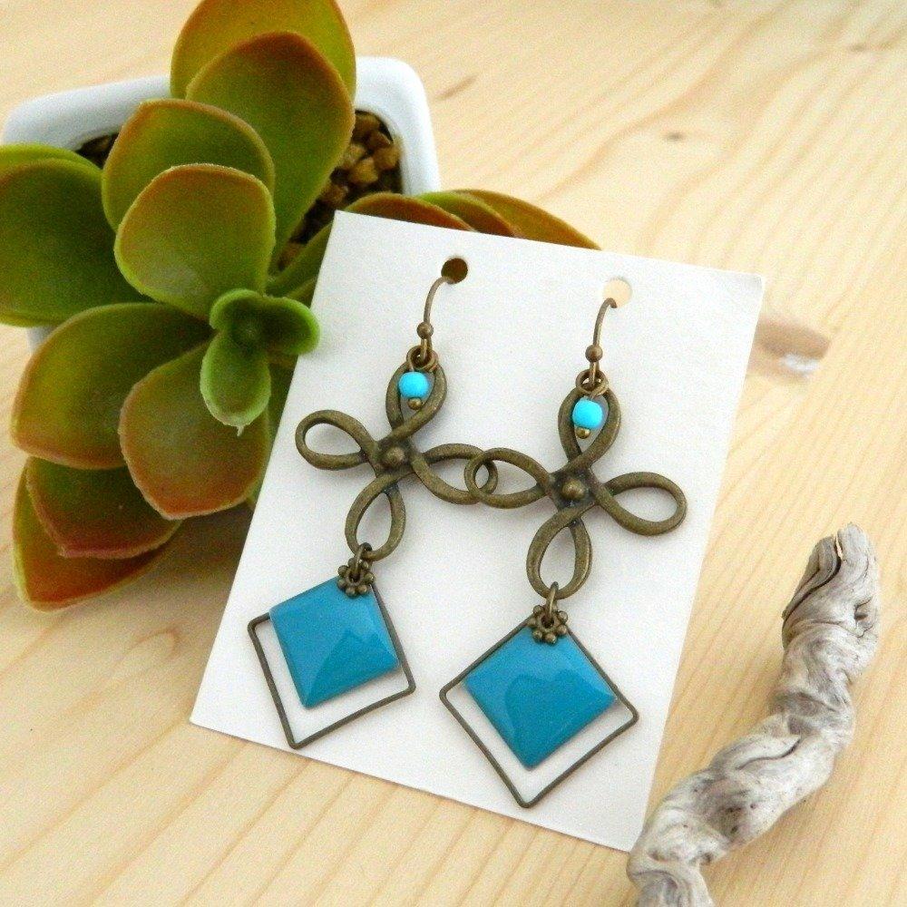Boucles d'oreilles carré émaillé bleu, bronze, arabesque ajourée, perle