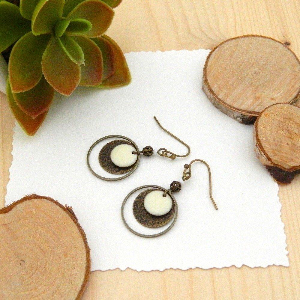 Boucles d'oreilles sequin émail ivoire, sequin piqueté bronze, anneau et perles