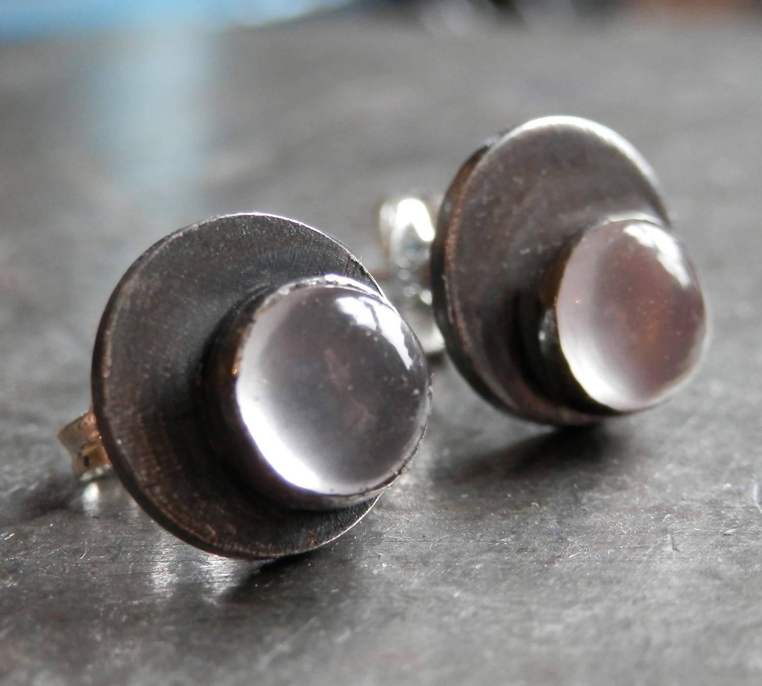 Clous d'oreille en argent massif vieilli avec cabochons de quartz rose - dotty