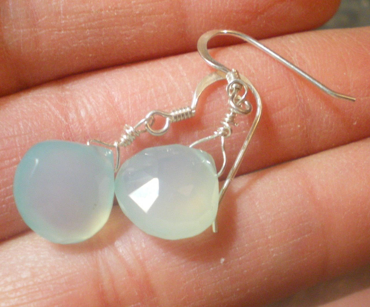 Boucles d'oreilles pendantes en argent massif avec gouttes de calcedoine bleu