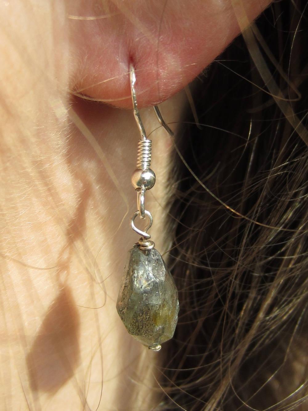 Boucles d'oreilles en argent massif et labradorite grise, pierres baroques, boucles rustiques pierres naturelles, bijoux fait main