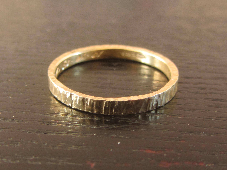 Anneau de mariage en or martele, alliance ecorce or jaune 18 ct, alliance fine or massif 750