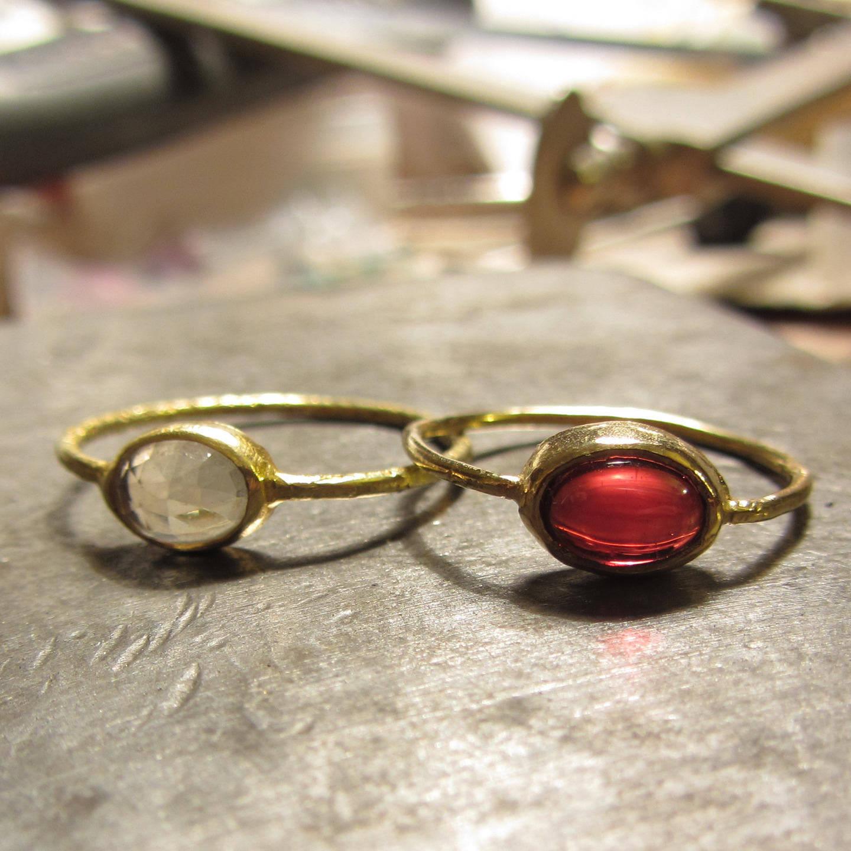 Bague fine en or jaune 18 carat et pierre de lune ovale, bague de fiancailles pierre de lune, or massif 750