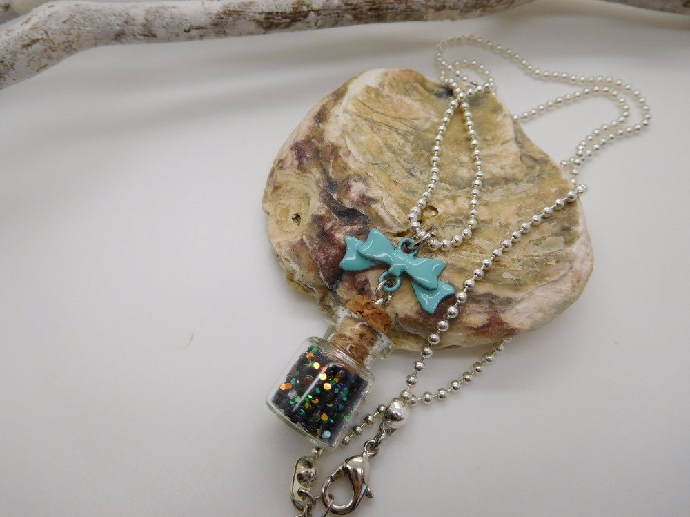 Pendentif fiole avec paillettes  noeud émaillé et chaîne bille