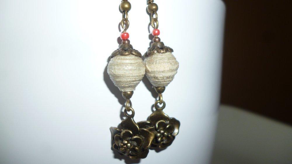 """Earrings """"wreath of flowers"""", de perles carton vernies grises et de rocaille rouges, et pendentifs bronze en forme de fleurs"""