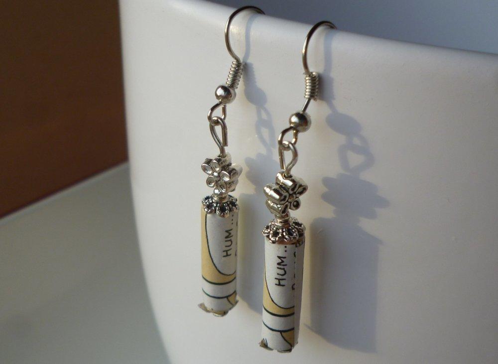 """boucles d'oreilles """"HUM..."""" de perles cylindriques de papier vernies entourées de coupoles argentées et surmontées de perles métalliques fleurs"""