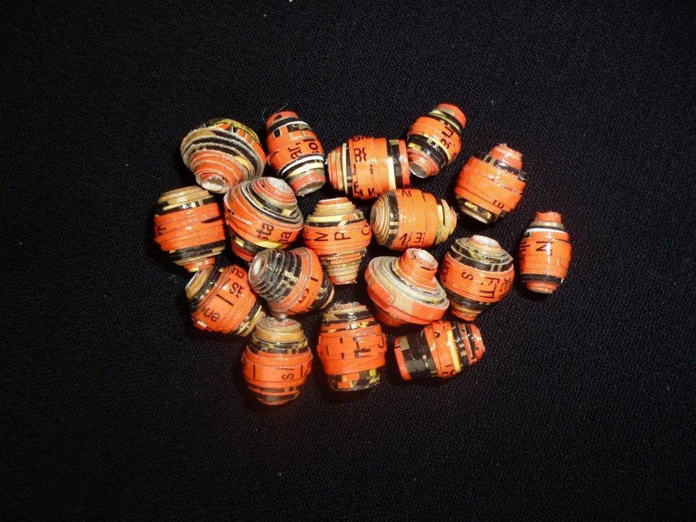 """Lot """"nougat"""" de 17 perles de carton oranges et noires, imperméabilisées, faites main, perles uniques en leur genre"""
