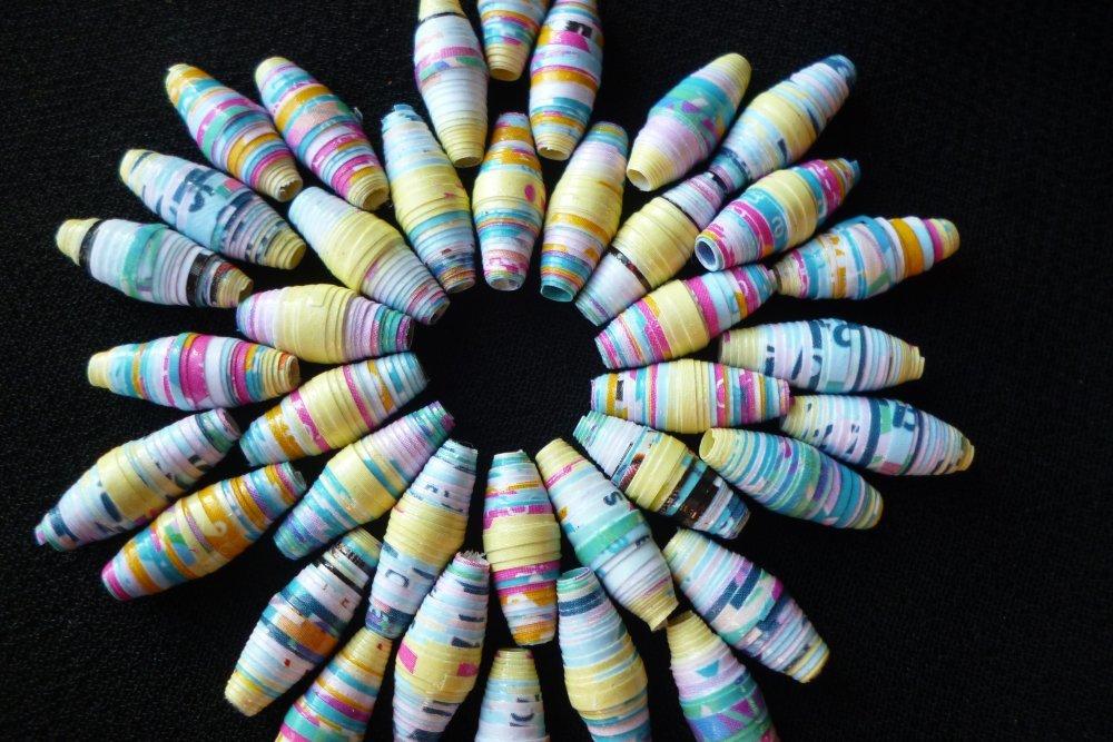 """lot """"bulles"""" de 19 perles de papier recyclé ovales vernies et multicolores"""