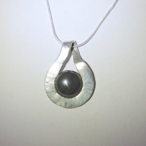 Collier  avec un pendentif en onyx,  noir, collier ras de cou,  artisanal, bijoux noir, pendentif rond, bijoux argent, étain ,pierre fine