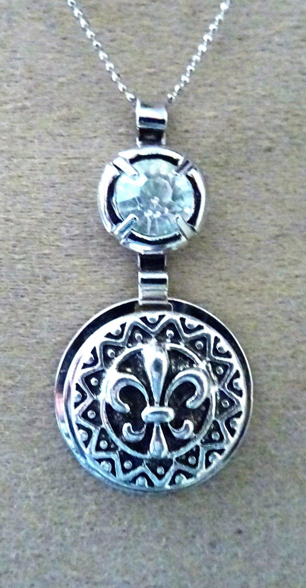 pendentif fleur de lys, médiéval, métal argenté 2