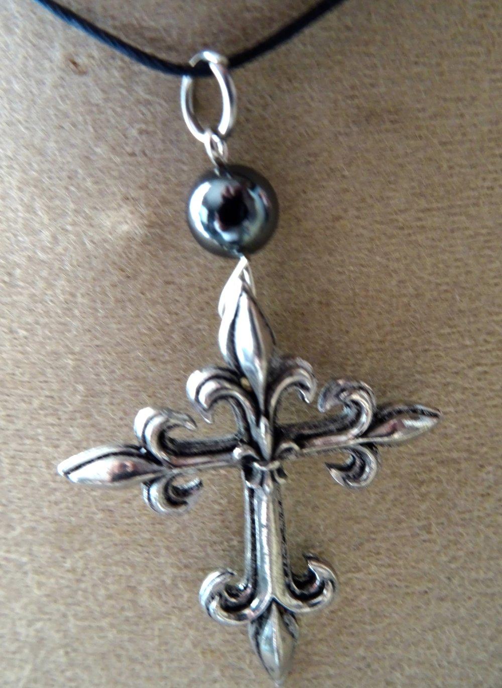 pendentif croix étain, fleur de lys hématite