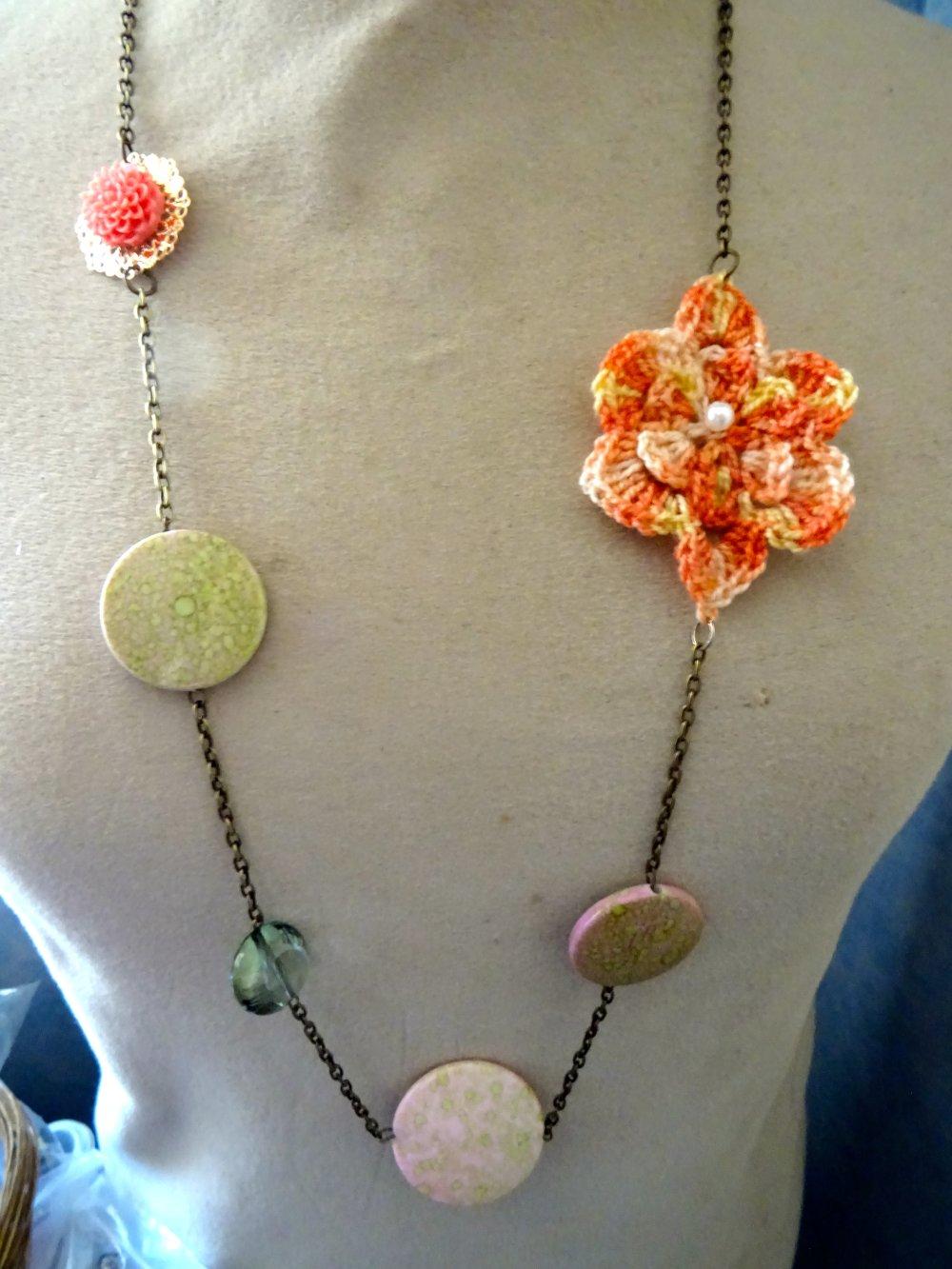 collier sautoir, vintage, fleur , crochet, peche et vert