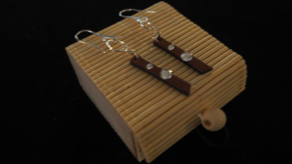 Boucles d'oreilles pendantes argent 925, cuir véritable et cristal de Swarovski. Cadeau : écrin