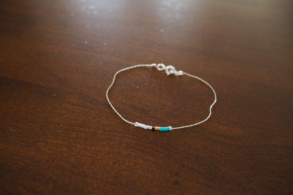 Bracelet très fin chaine Argent 925 et ses perles Miyuki colorées et 2 or 24 carats