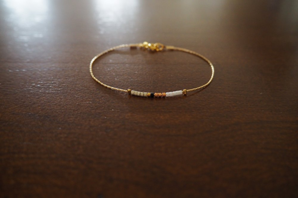 Bracelet très fin chaine Or 24 carats et ses perles Miyuki colorées et or 24 carats