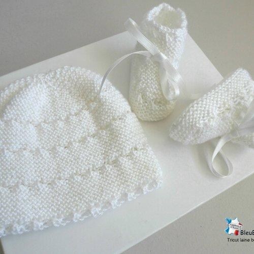 Bonnet bebe et chaussons, naissance, blanc calinou rayé astra, tricote main, tricot bb mixte, layette, modèle sur commande