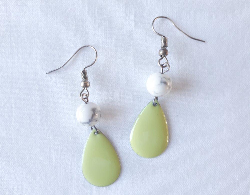 Boucles d'oreilles pendantes, perle en pierre de howlite blanche, goutte émaillée vert clair