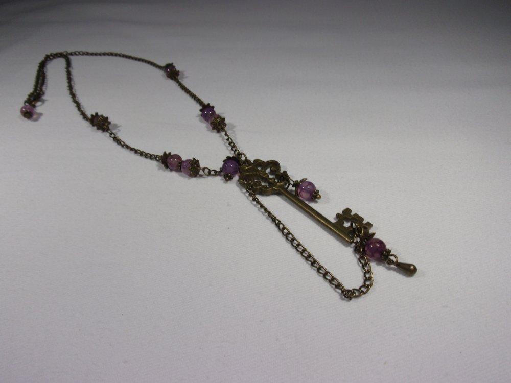 collier sautoir influence féerique steampunk clé violet et bronze