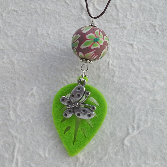 Collier feuille en feutre et papillon argenté