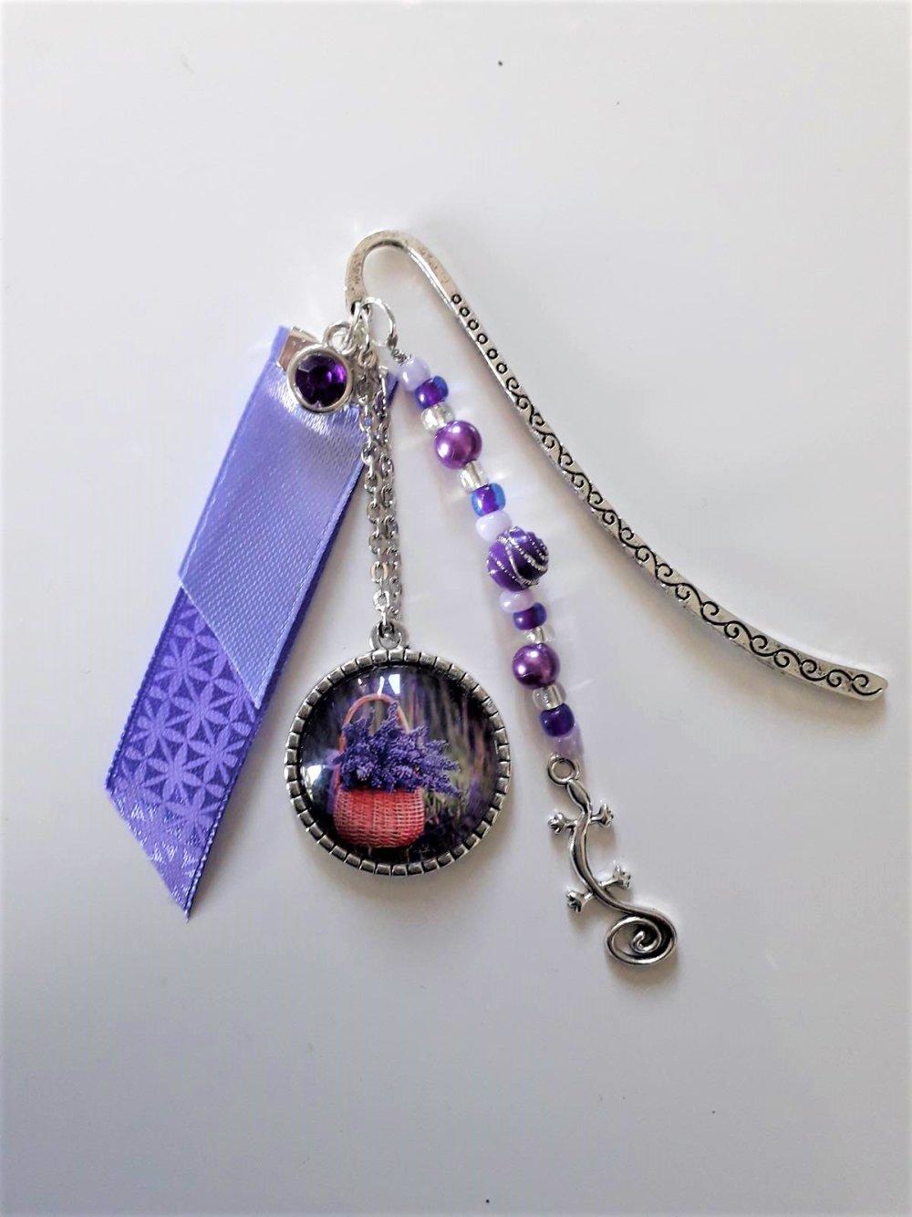Marque page fait main breloque tarente, cabochon lavande, rubans et perles violet