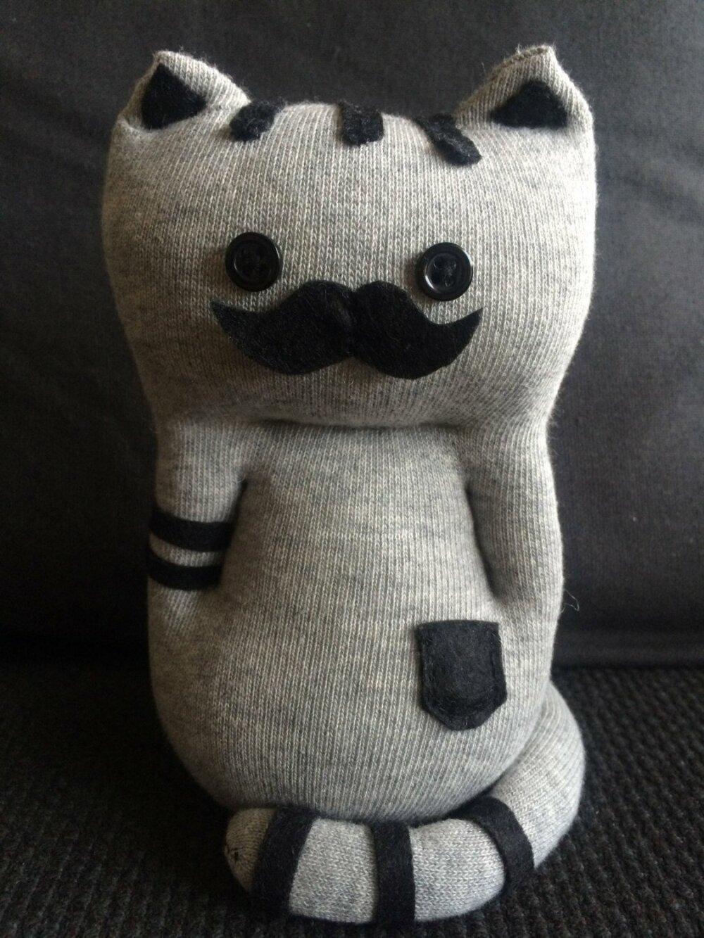 Peluche Chat : Mr Moustache, idéal cadeau pour les grands et les petits.